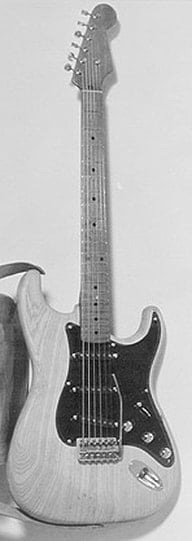 A Stratocaster prototype with Telecaster knobs and tip. The  the bridge was not yet the definitive one (Courtesy of Fender)