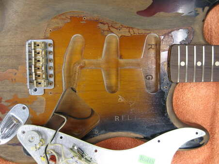 Under the pickguard (foto di Davidof di Gearpage)