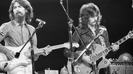 Harrison e Clapton while my guitar gently weeps