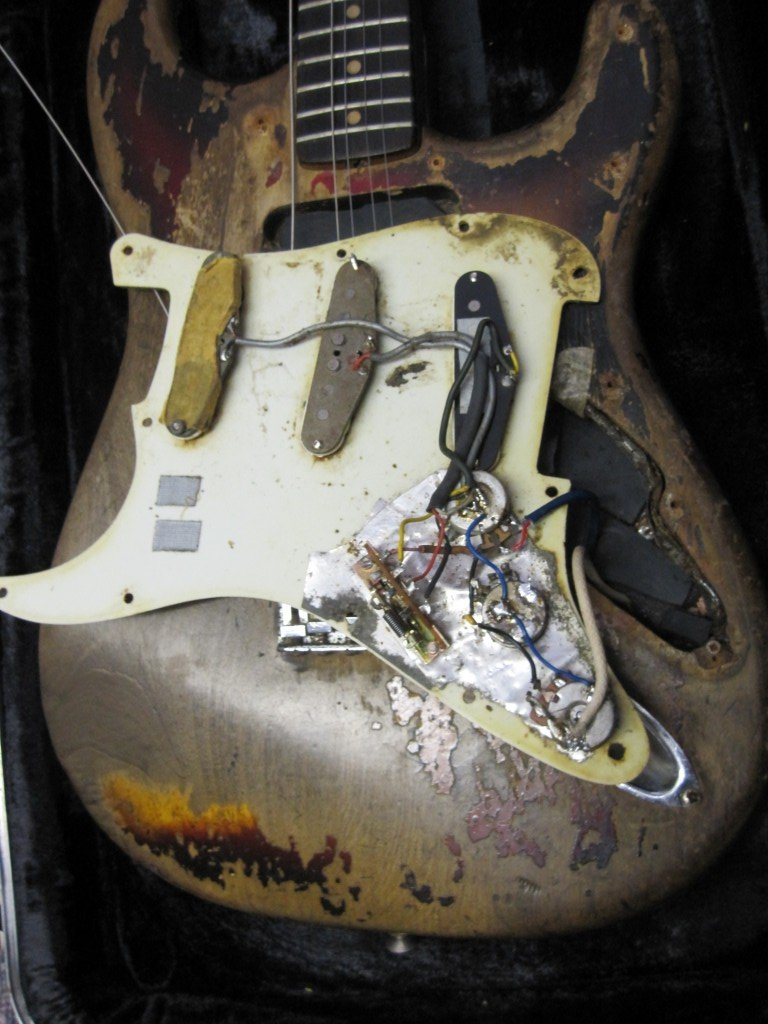 Cosa nasconde il battipenna della Stratocaster di Rory Gallagher? (foto rorygallagher.com)